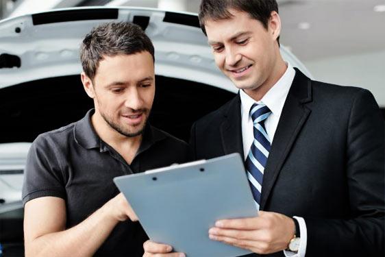 Verkoper toont overeenkomst en sluit deal voor verkoop van auto