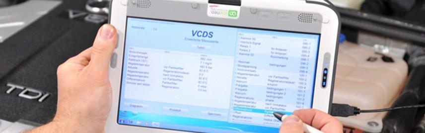 Tablet toont informatie over check up diagnose, volkswagen v6 tdi op achtergrond